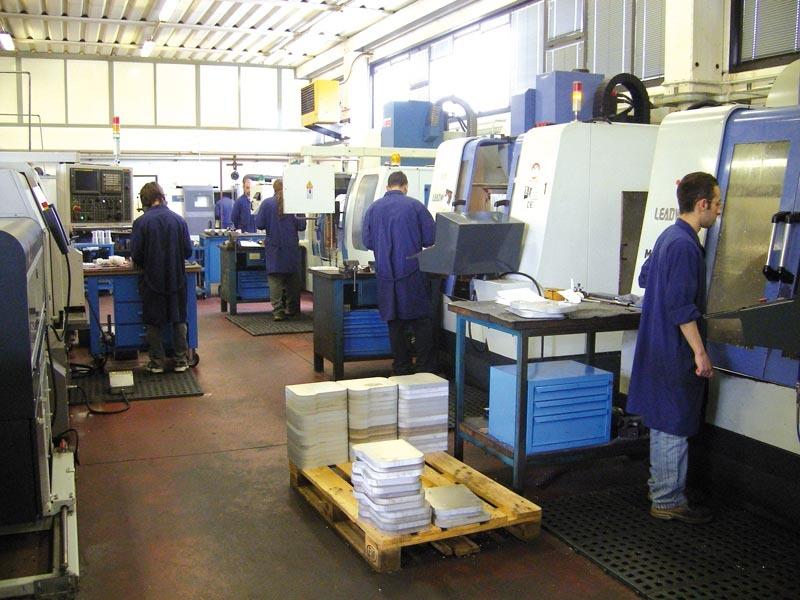Foto di una fase di produzione scatole all'interno della ditta Europrogetti